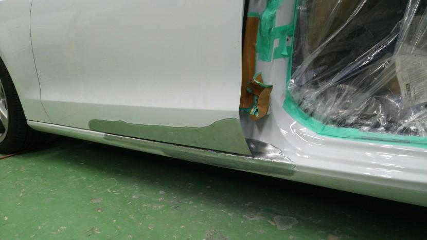 アウディA5板金塗装、ロッカーパネル板金修理
