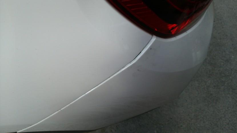 BMWバンパー、へこみ修理前(ズレ)
