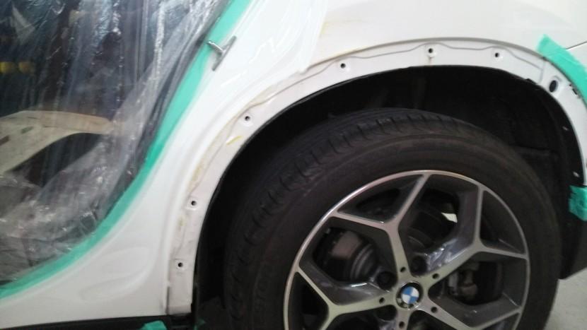 BMW・X1、損傷状態リヤフェンダー凹み