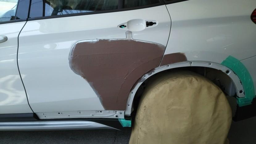 BMW・X1、パテ調整