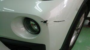 BMW・X1バンパー切れ損傷状態(アップ)