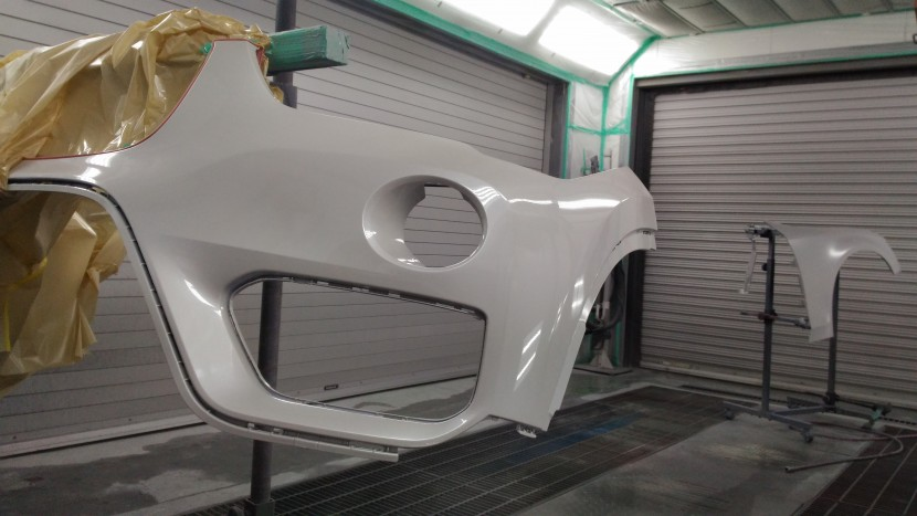 BMW・X1バンパー切れ穴埋め塗装⑵