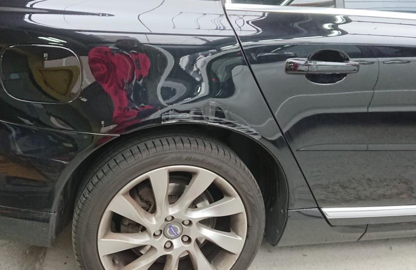 ボルボ板金塗装、フェンダー損傷状態⑵