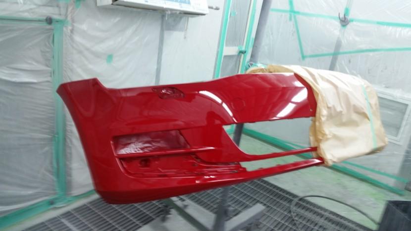 塗装が終わったワーゲンゴルフのバンパー