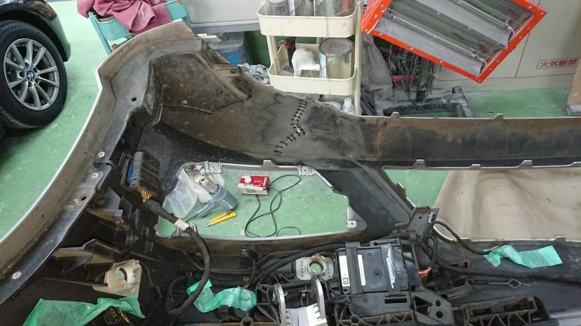 バンパーを外して修理を始めたところ