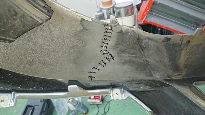 ベンツC180・フロントバンパー切れを修理