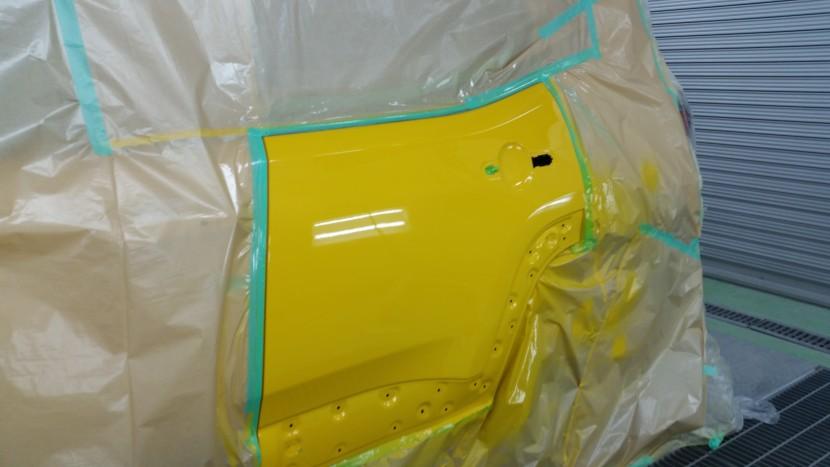 「キレイな黄色だからこそ」ジープの左リアドアは一枚塗装がおすすめ