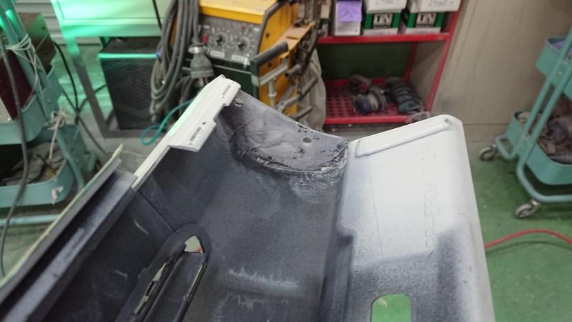 修理しているスポイラーを裏側から見た画像