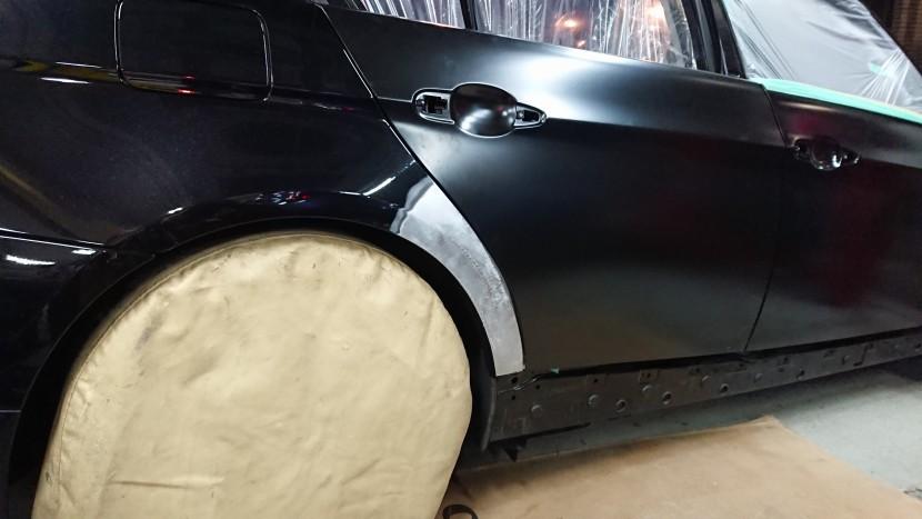 BMWの右リアフェンダーの凹みを修理