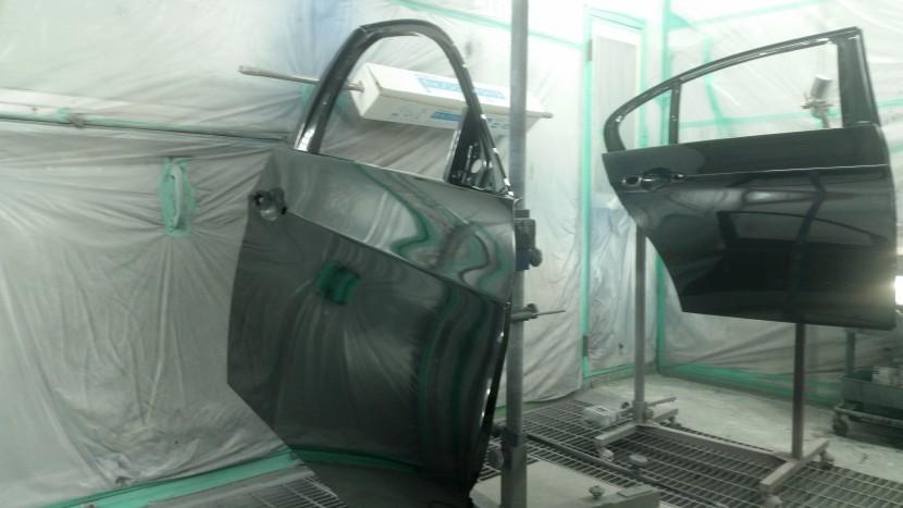 BMWの右ドアとスポイラーの新品部品も塗装します!