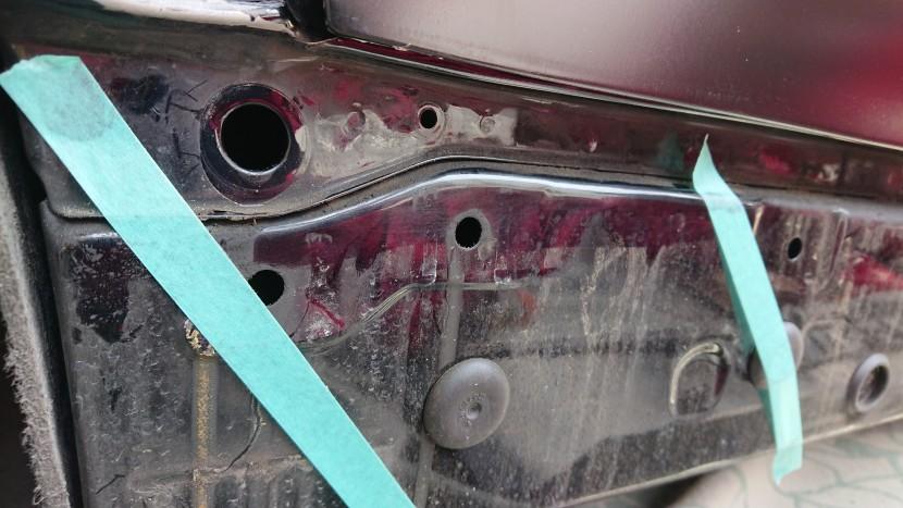 BMWの右スポイラーをボンドで修復
