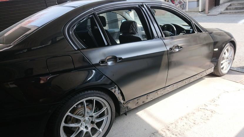 BMWの右側面に新品部品を仮合わせ