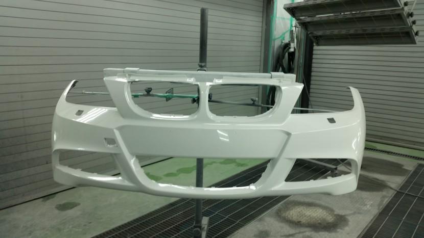 BMWの3シリーズ フロントバンパーを際の際まで塗装完了!
