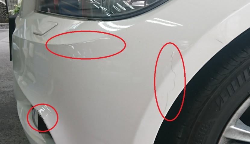 茶色のキズから上の方向へ行くと、赤い丸で囲った部分の塗装がパラパラと剥がれています。