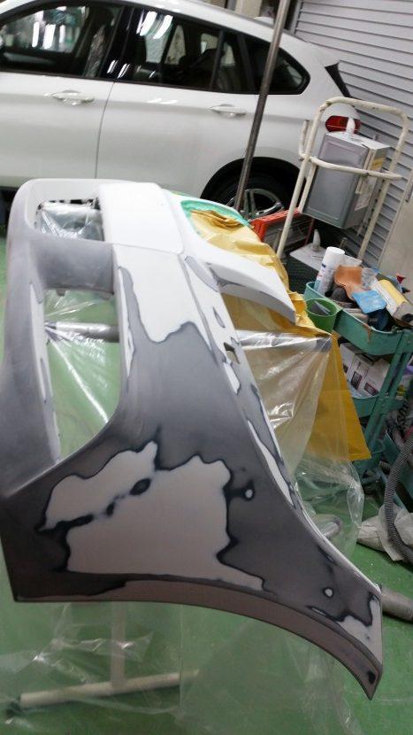 BMWの3シリーズ フロントバンパーの塗装を全部剥がす