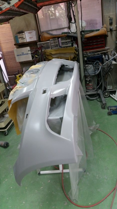 BMWの3シリーズ フロントバンパーを一手間かけて下地処理で整形