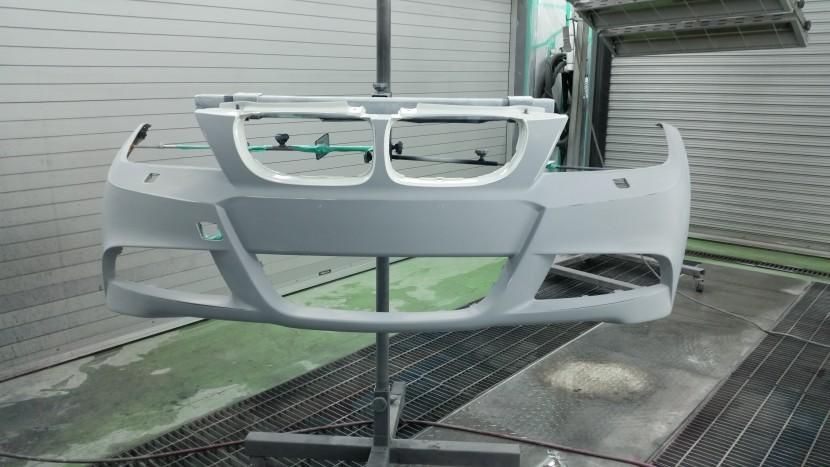 BMWの3シリーズ フロントバンパーの塗装スタート