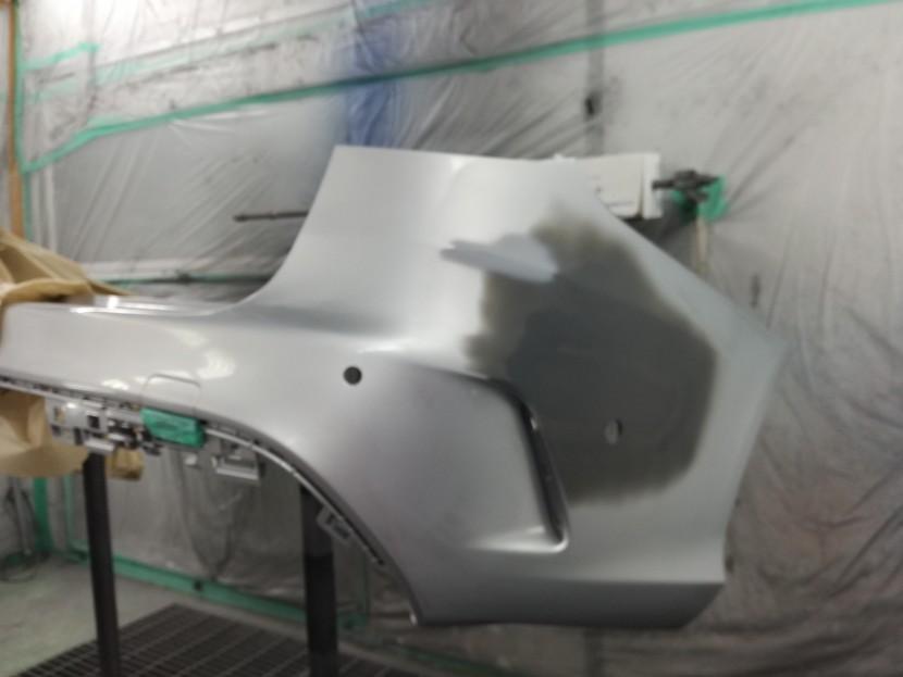 ベンツCクラスのリアバンパーを塗装開始!