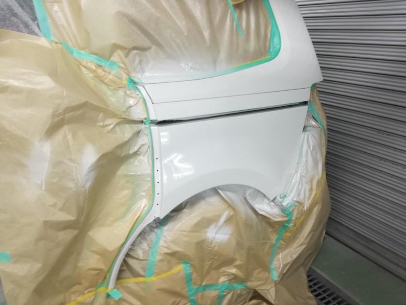 ワーゲン・シャランのリアフェンダーの塗装スタート
