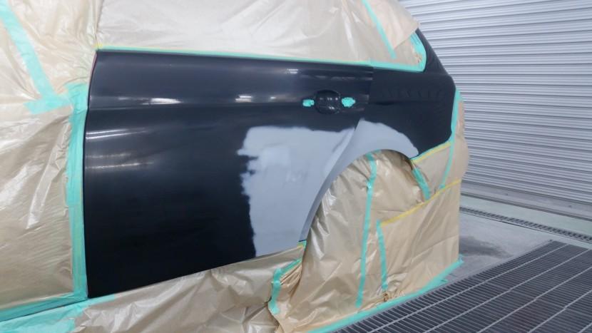 BMWの3シリーズ黒 リアドア・フェンダーを手作業で研ぐ!
