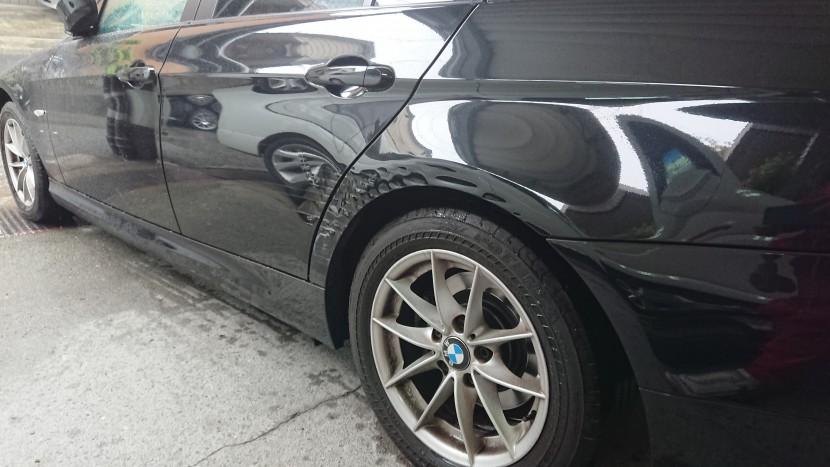 BMWの3シリーズ黒 リアドア・フェンダーのギザギザ傷状態
