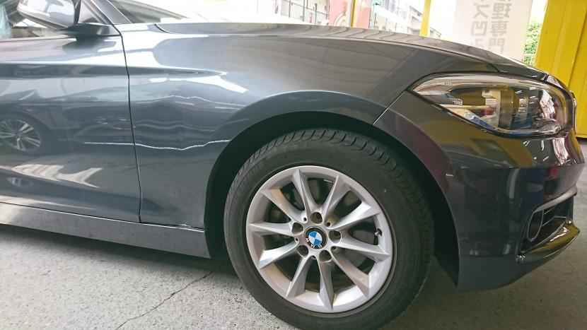 BMW1シリーズの右フロントフェンダーとスポイラーの凹み状態