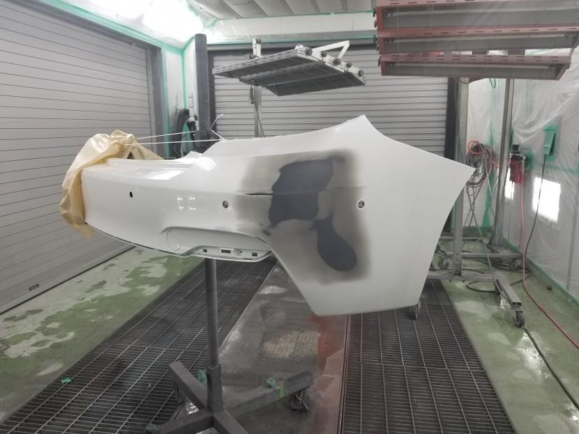 BMW2シリーズのリアバンパーを養生して塗装