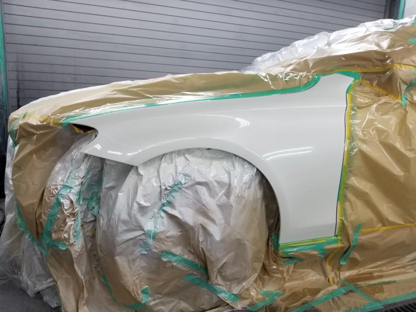 ベンツEクラスのアルミフェンダーの塗装開始!