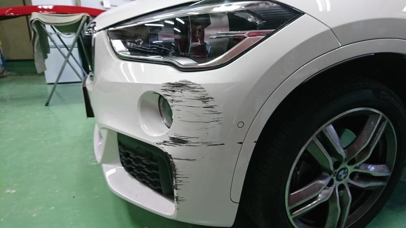 BMWのバンパー「ガリ傷」修理!深い傷の時に交換にしない熟練の技