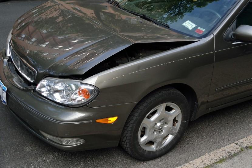自動車保険は使う?使わない?キズや凹みの修理ならどちらがお得?