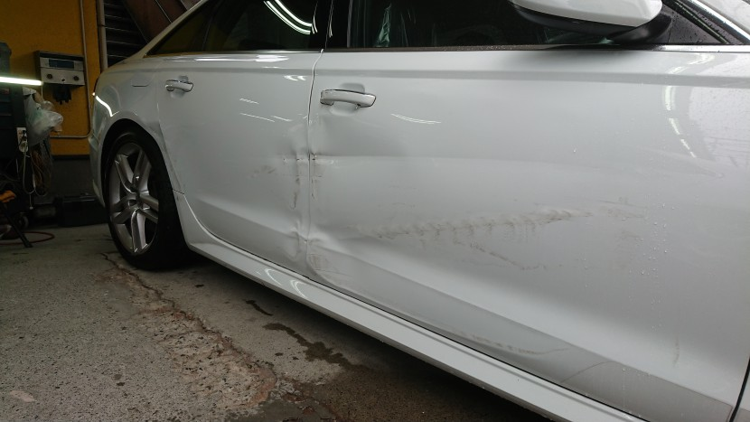 アウディA6板金塗装【こだわり技術と設備】大きな凹みはドア交換が必要?